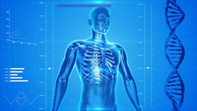 Postać mężczyznyz prześwietlonym kręgosłupem na niebieskim tle