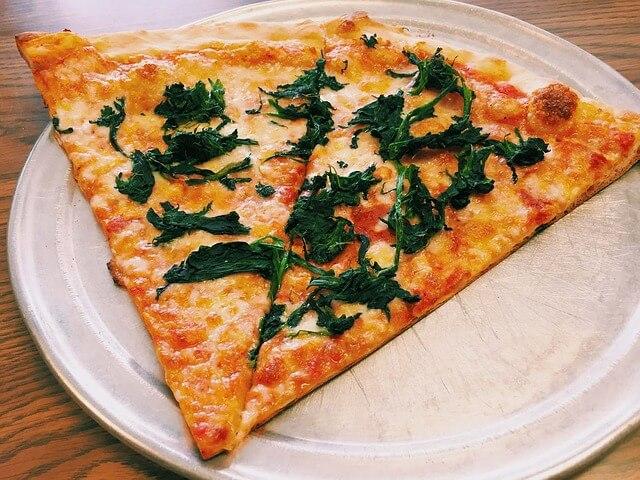 Dwa kawałki pizzy na cienkim spodzie