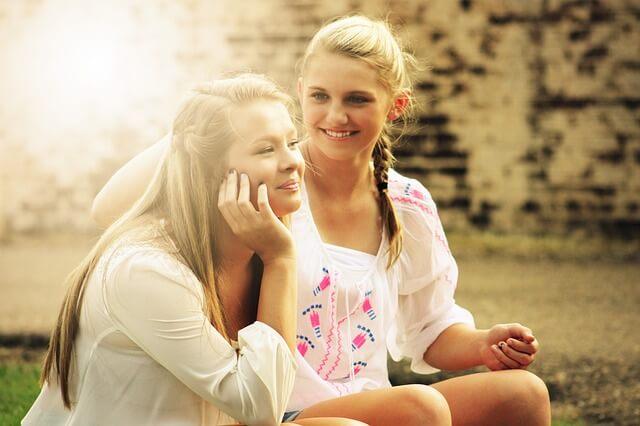 Dwie dziewczyny siedzą w świetle słońca