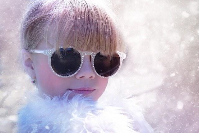 Dziewczynka w okularach przeciwsłonecznych i futerku