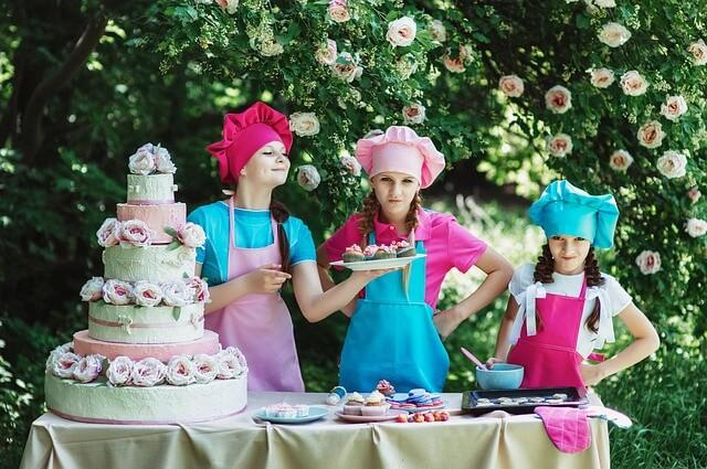 Dzieci bawią się w kucharzy w ogrodzie