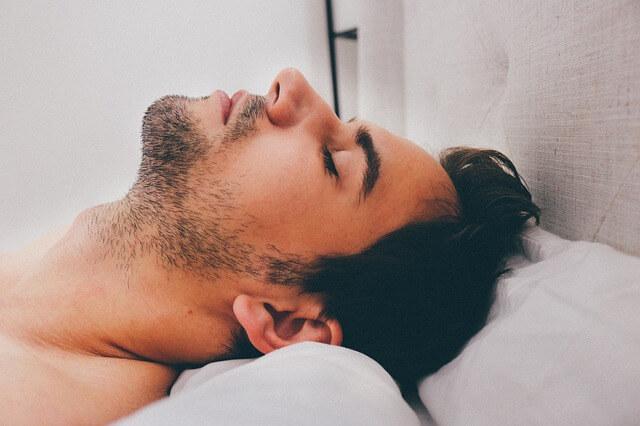 Głowa męzczyzny oparta na poduszce