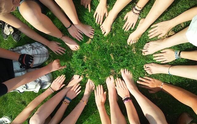 Ręce grupy ludzi w okręgu