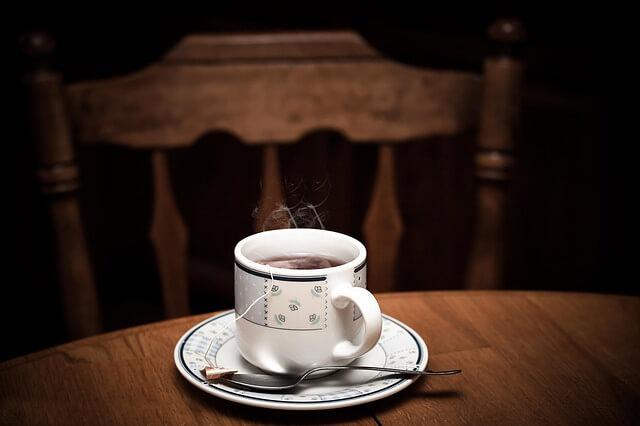 Herbata w filiżance i na spodku