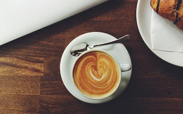 Espresso w filiżance na biurku