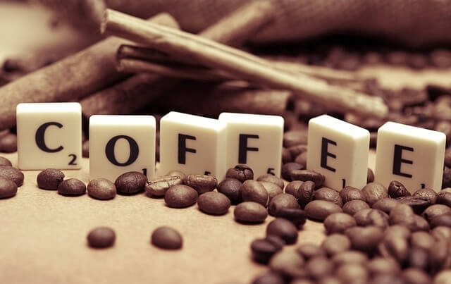 Napis kawa wśród ziaren