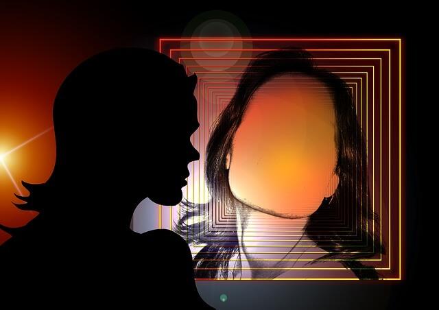 Kobieta przegląda się w lustrze z kwadratów