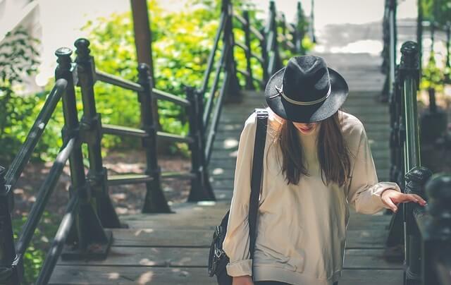 Kobieta wchodząca po chodach