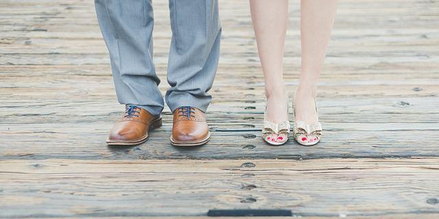 Nogi kobiety i mężczyzny stojących obok siebie