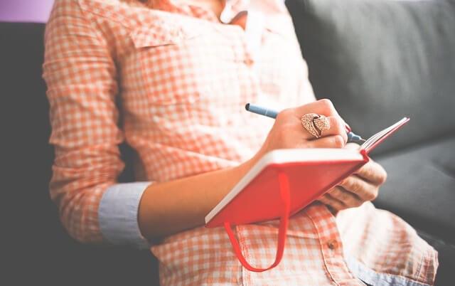 Kobieta z notatnikiem