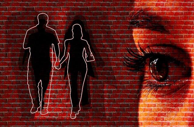 Kobieta widzi oczami wyobraźni oddalającą się parę