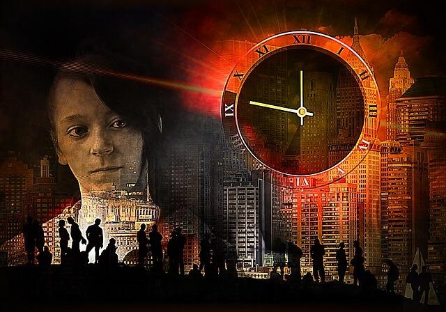 Kobieta obserwuje nocą miasto, w tle zegar wskazujący za 10 dwunastą