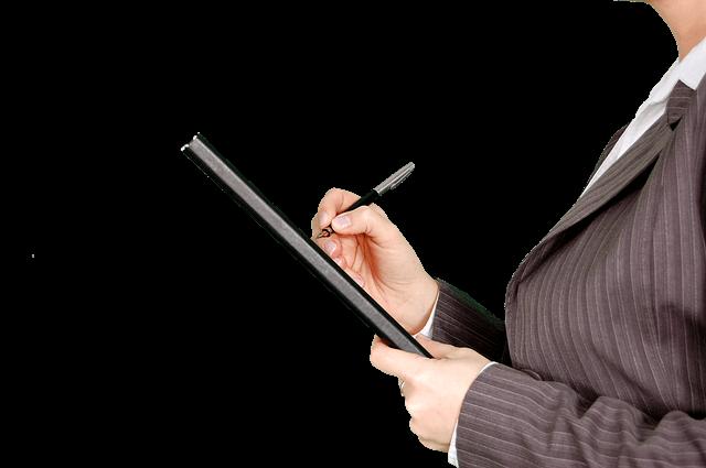 Kobieta w marynarce pisze w notesie