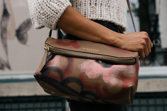 Kobieta z dużą torbą na ramieniu