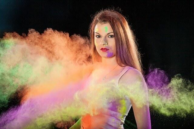 Kobieta we mgle kolorów - zielonego, fioletowego, pomarańczowego