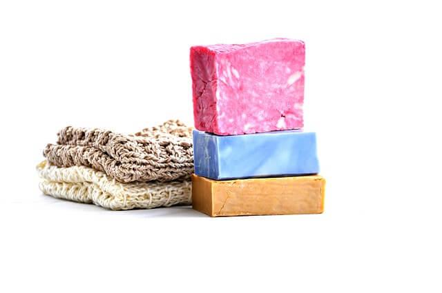 Kolorowe mydełka i lniany ręcznik
