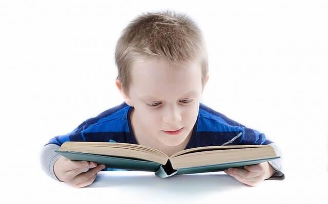 Dziecko czytające książkę
