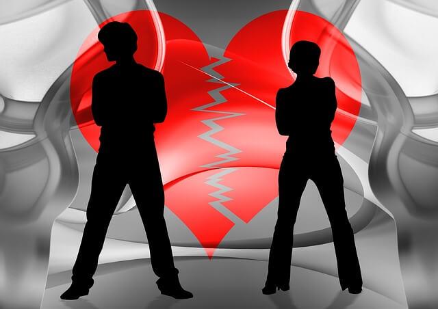 Postaci kobiety i męzczyzny na tle pękniętego serca