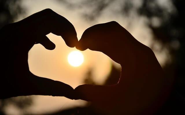 Dłonie ułożone w serce