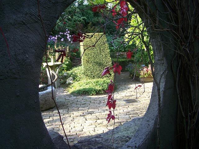 Ogród widziany przez owalny otwór w murze