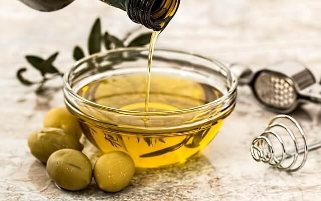 Oliwa z oliwek wlewana do miski
