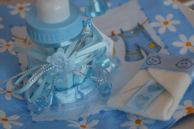 Błękitna butelka dla dzieci ozdobiona wstążeczką
