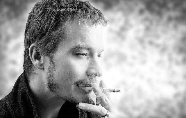 Mężczyzna palący papierosa