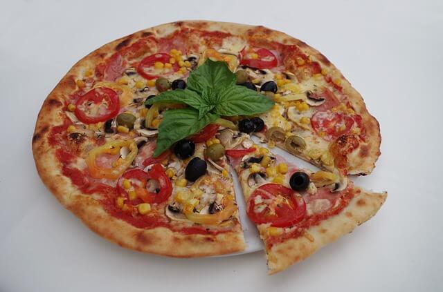 Pizza margherita pokrojona na kawałki