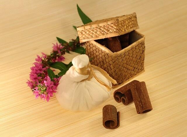 Pudełko na kosmetyki, lniany woreczek i kwiat
