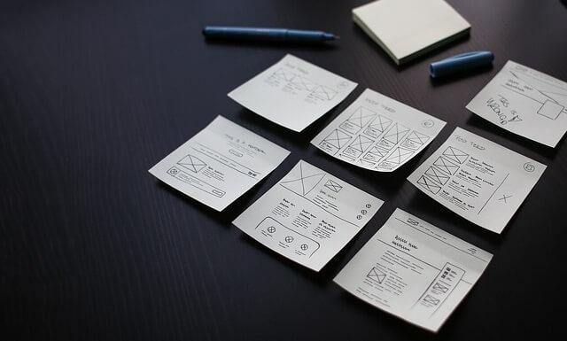 Zapisane karteczki z planami leżące na stole