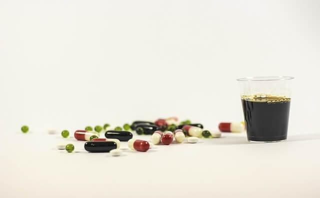 Kubeczek syropu i tabletki