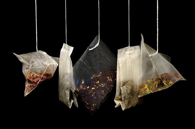 Torebki herbaty wiszą na sznureczkach