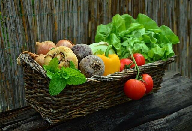 Buraki, papryka i sałata w koszyku