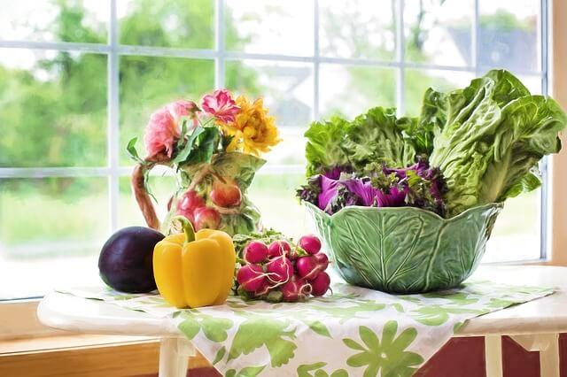 Warzywa na stole przy oknie