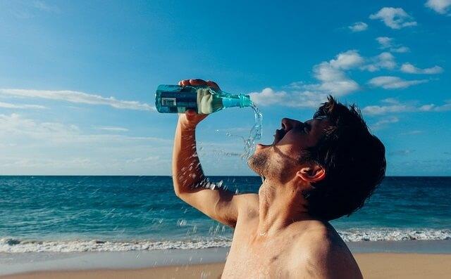 Mężczyzna pijący wodę