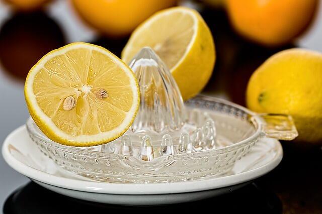 Wyciskacz do owoców z dwiema połówkami cytryny