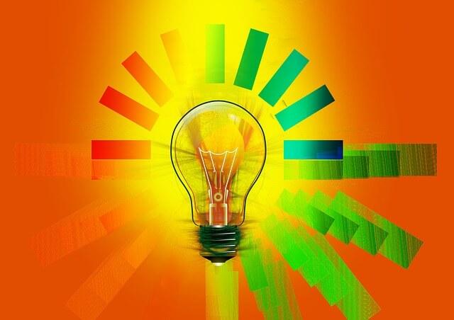 Żarówka z kolorowymi promykami światła