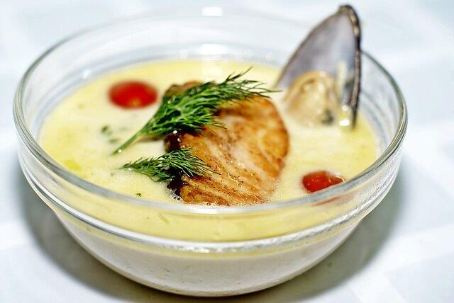 Zupa z kawałkiem mięsa w misce