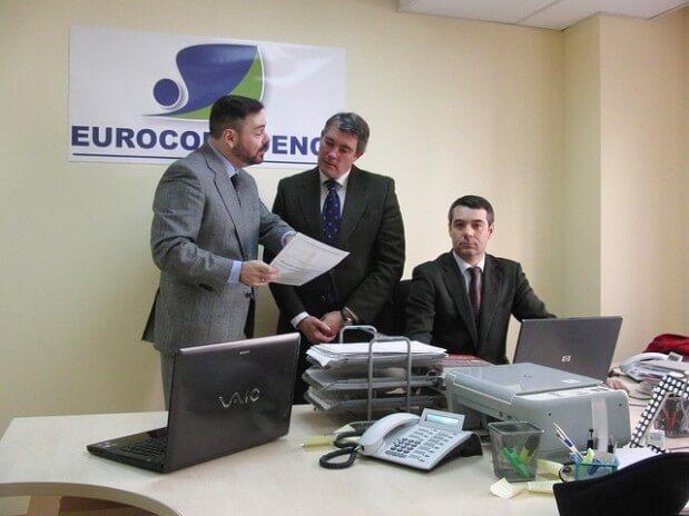 trzech mężczyzn w pracy