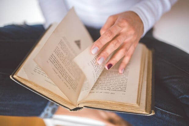 kobieta czyta książkę