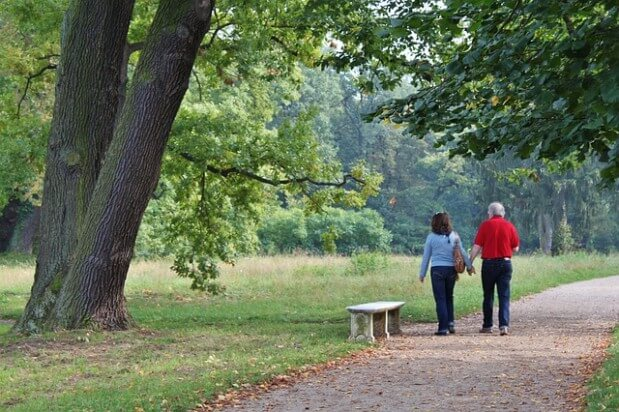 dwoje ludzi na spacerze w parku
