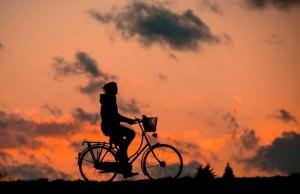 rowerzysta na tle nieba o zmierzchu