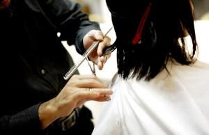 Fryzjer podcnający włosy nożyczkami