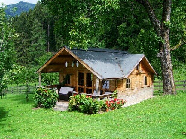 mały drewniany domek w lesie