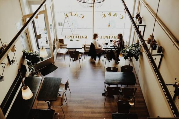 rozmowa w kawiarni