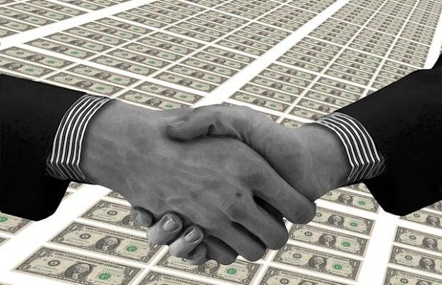 uścisk dłoni po udanych negocjacjach