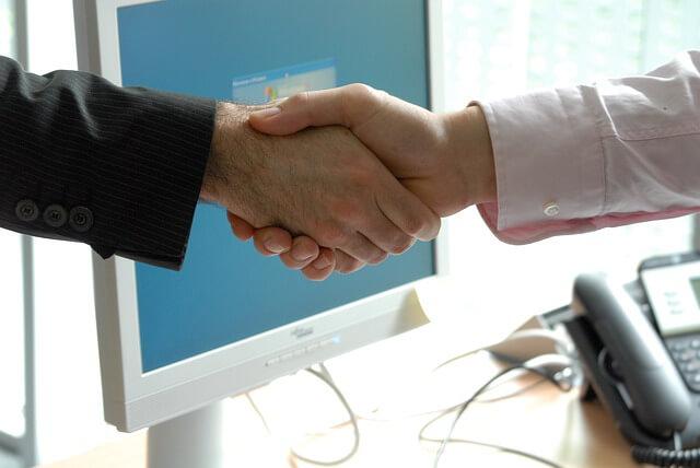uścisk dłoni po zakończeniu negocjacji