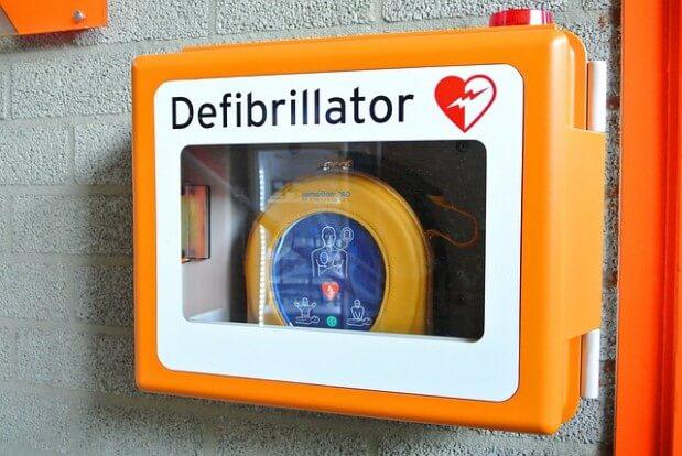 defibrylator wiszący na ścianie
