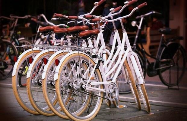Cztery białe rowery miejskie