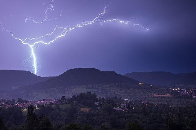 burza nad wioską